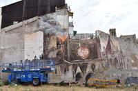 L'artista Gonzalo Borondo pinta un mural de grans dimensions  a Manresa