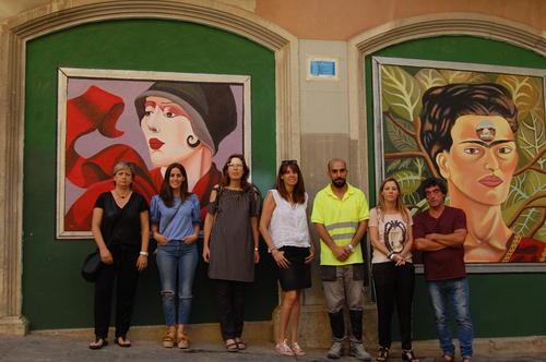 """S'estrena a l'antiga Cambra de Comerç el mural dedicat a pintores oblidades i realitzat per alumnes del projecte """"Treball als barris"""""""