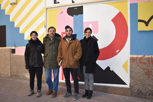 La suma de complicitats fa possible un mural artístic d'uns 25 metres que embelleix un tram del carrer Vilanova