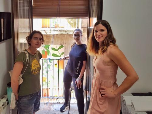 Susanna Ayala pinta les balconeres que donen a l'Hostal La Masia