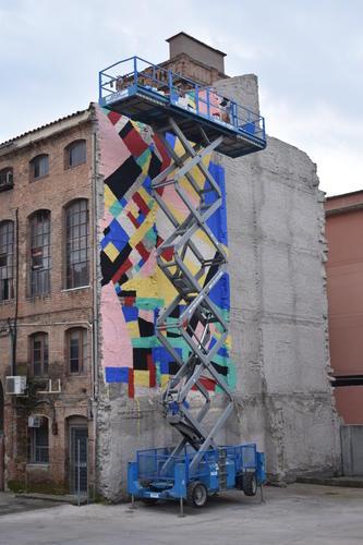 L'artista visual Berni Puig pinta un mural de grans dimensions a una paret de l'Anònima