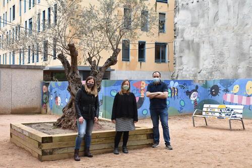 S'instal·la l'Arbre dels Desitjos i un banc pintat per l'artista Montse Forradelles al carrer de la Mel